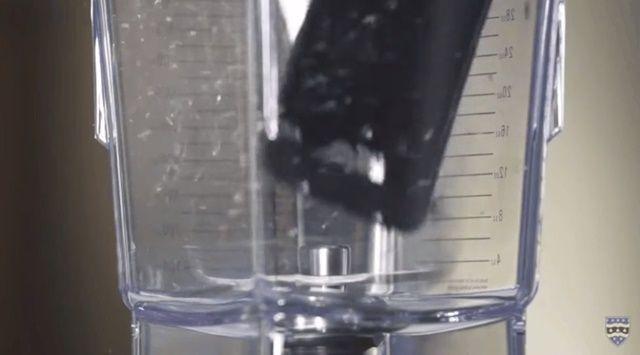 영국 플리머스 대학 지질학자들이 믹서기에 아이폰을 넣고 잘게 분쇄해 아이폰의 구성성분을 분석했다. (사진=유튜브 캡쳐)