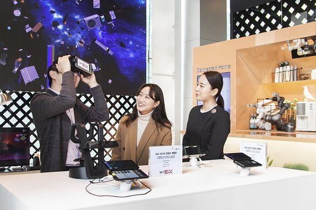SK텔레콤 직원들이 을지로 본사 1층에서 '갤럭시S10 5G'를 활용해 다양한 서비스를 체험해보고 있다.(사진=SK텔레콤)