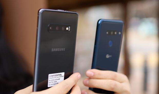 삼성전자 갤럭시S10플러스(왼쪽)와 LG전자 G8 씽큐(오른쪽). 후면에 트리플 카메라가 탑재됐다.(사진=지디넷코리아)