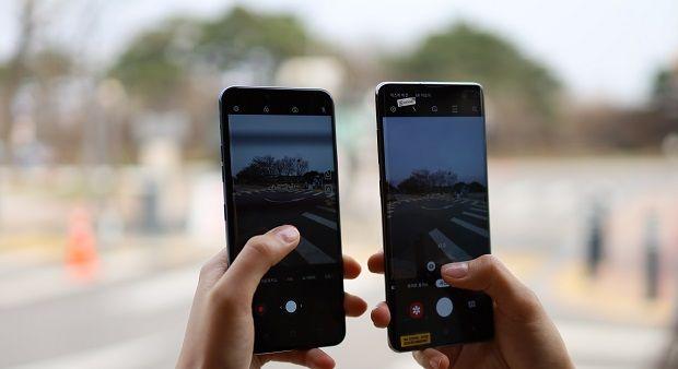 LG전자 G8 씽큐(왼쪽)와 삼성전자 갤럭시S10플러스(오른쪽).(사진=지디넷코리아)