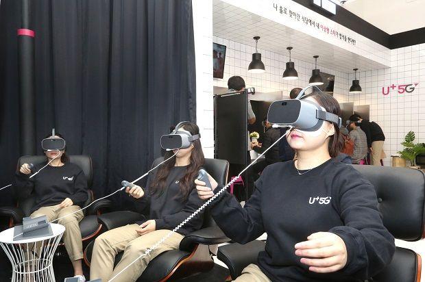 U+5G 팝업스토어 '일상로5G길'에서 VR콘텐츠인 '태양의 서커스'를 VR로 즐기고 있는 모습. (사진=LG유플러스)