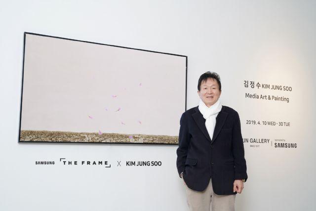 김정수 작가가 삼성 '더 프레임'에 전시된 '진달래-축복' 미디어 아트를 소개하고 있다.(사진=삼성전자)