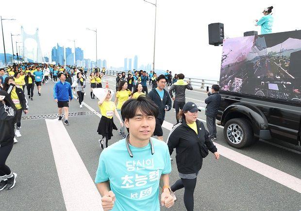 KT가 제공한 넥밴드형 360카메라를 착용한 참가자들이 1인 방송을 하며 달리고 있는 모습.(사진=KT)