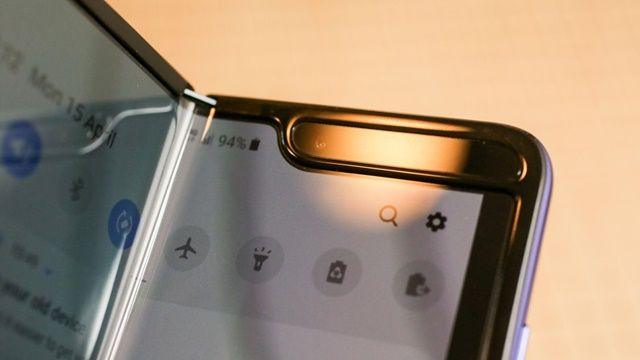 삼성전자 갤럭시 폴드를 먼저 사용해 본 이용자들이 화면에서 문제가 발생했다고 밝혔다.(사진=씨넷)