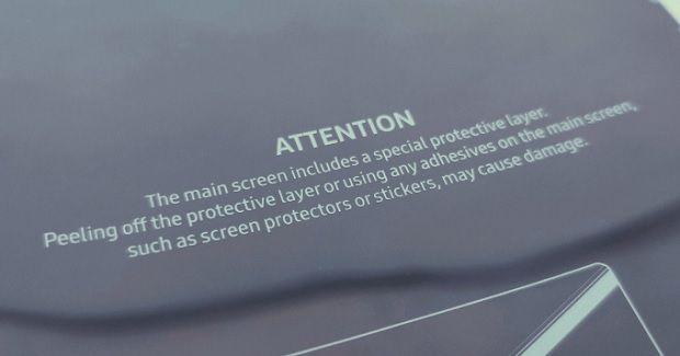 갤럭시 폴드의 화면 보호막을 떼어내면 안 된다는 내용의 안내문.(사진=트위터)