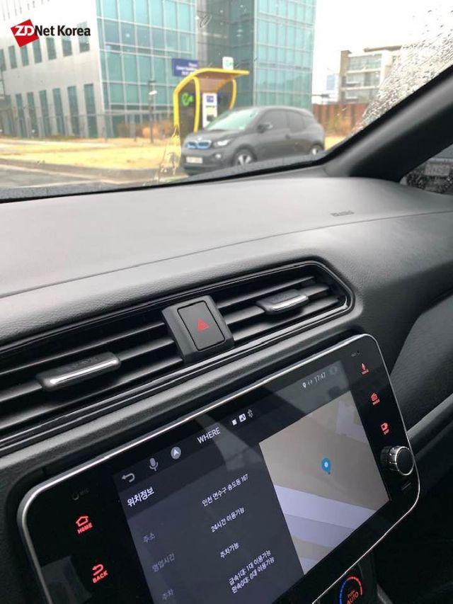 연세대 송도캠퍼스 전기차 급속충전기 풍경. 닛산 2세대 리프에는 해당 충전기 사용이 가능하다고 떴지만, BMW i3 전기차가 충전하지 않고 충전 구역 내 주차됐다. (사진=지디넷코리아)