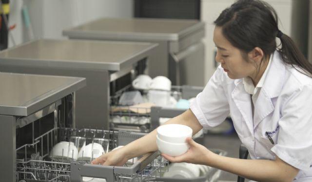 부산대 연구원이 손 설거지와 동일한 조건으로 식기세척기 실험을 진행하는 모습 (사진=LG전자)
