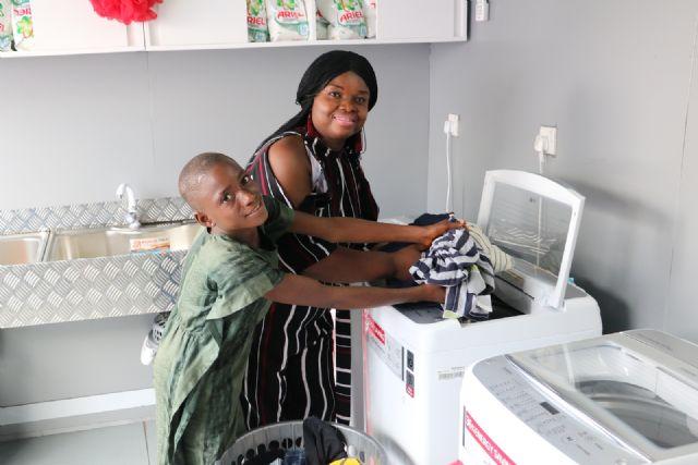 현지 주민이 무료 세탁방에서 세탁기를 체험해보고 있다. (사진=LG전자)