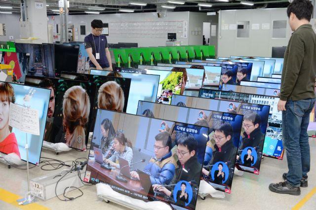 LG전자 직원이 구미사업장 내 신뢰성시험실에서 포장된 상태의 올레드 TV를 다시 뜯어 품질 테스트를 진행하고 있다. (사진=LG전자)