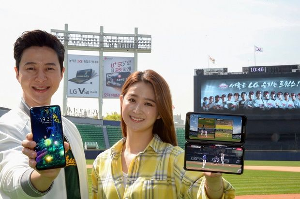 LG전자가 지난 10일 국내 출시한 5G 스마트폰 LG V50 ThinQ를 알리기 위한 마케팅 활동에 가속도를 낸다. LG전자 모델들이 서울 송파구 소재 잠실야구장 외야 조명탑에 설치된 옥외광고를 배경으로 LG V50 ThinQ를 소개하고 있다.(사진=LG전자)