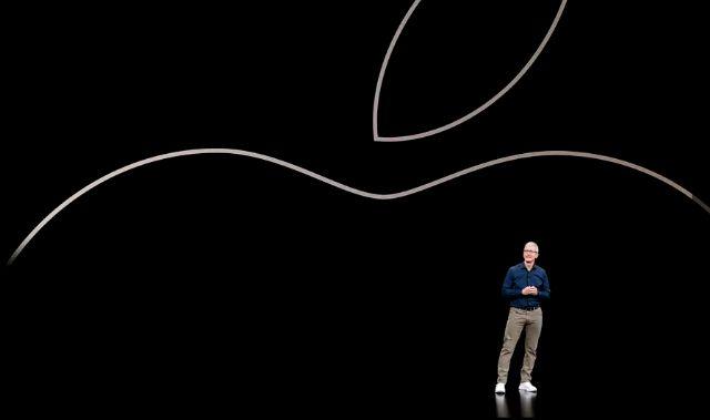 팀 쿡 애플 최고경영자가 지난 3월 애플TV를 비롯한 서비스 사업을 소개하고 있다. (사진=씨넷)