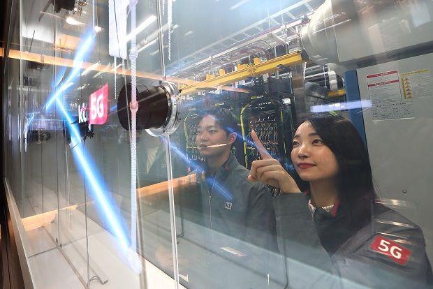KT 직원이 '5G이노베이션센터'를 살피고 있는 모습.(사진=KT)