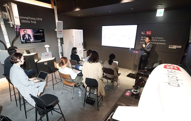 김성관 KT 네트워크전략담당 부장이 '5G이노베이션센터'를 소개하고 있다.(사진=KT)