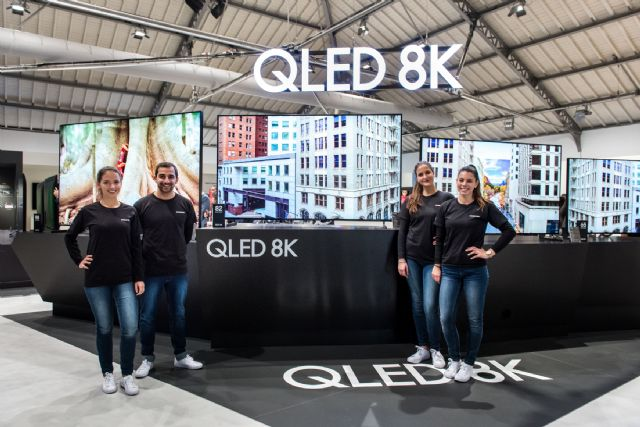 삼성전자 모델들이 지난 2월 유럽 포르투갈에서 진행된 '삼성포럼 유럽 2019' 행사에서 2019년형 QLED 8K TV 라인업을 소개하고 있다. (사진=삼성전자)