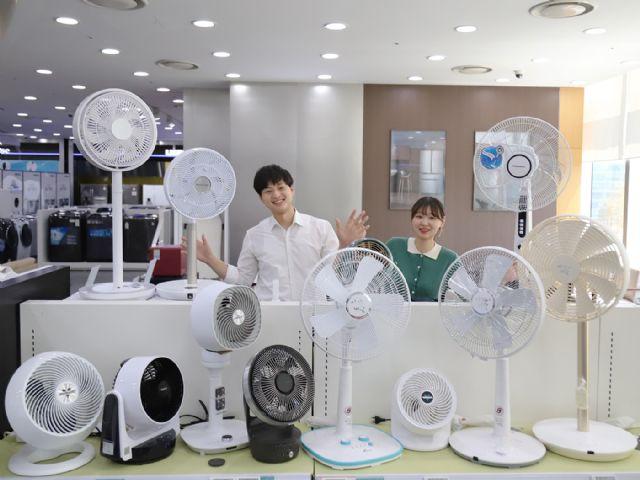 롯데하이마트 월드타워점에서 모델들이 선풍기와 서큘레이터를 둘러보고 있다. (사진=롯데하이마트)