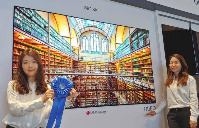국제정보디스플레이학회에서 최고 디스플레이 부문을 수상한 LG디스플레이의 '8K OLED'. (사진=LGD)