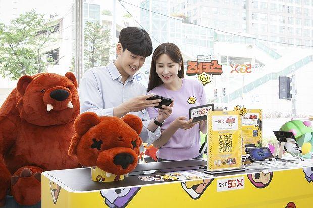 모델들이 서울 금천구 가산동 소재 매장에서 브롤스타즈 5G 체험존을 이용하고 있다.(사진=SK텔레콤)