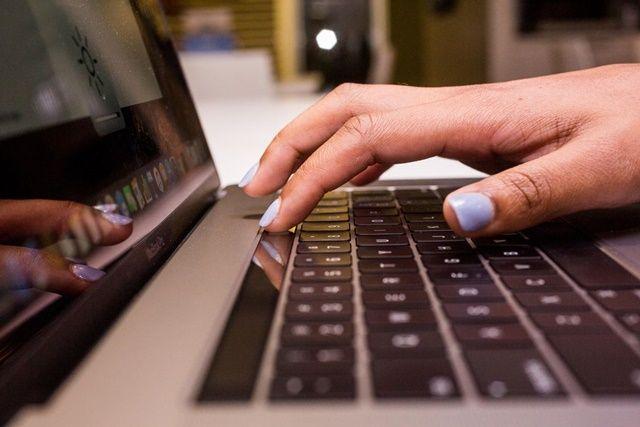 애플이 기존 맥북 버터플라이 키보드를 무상으로 교체해 줄 예정이라고 밝혔다. (사진=씨넷)