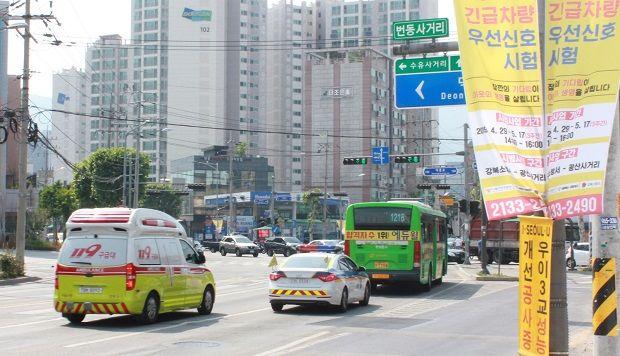 사진은 서울 강북구 번동 사거리에 강북소방서 구급차가 접근하자 교차로 신호등에 파란불이 들어온 모습.(사진=LG유플러스)