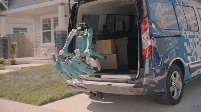 자동차 회사 포드가 자율차와 로봇이 짝을 이뤄 집 앞까지 물건을 배송해 주는 영상을 공개했다. (사진=유튜브 캡쳐)