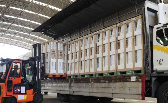 24일 LG전자 직원들이 경남 창원사업장에서 휘센 씽큐 에어컨을 출하하고 있다. (사진=LG전자)