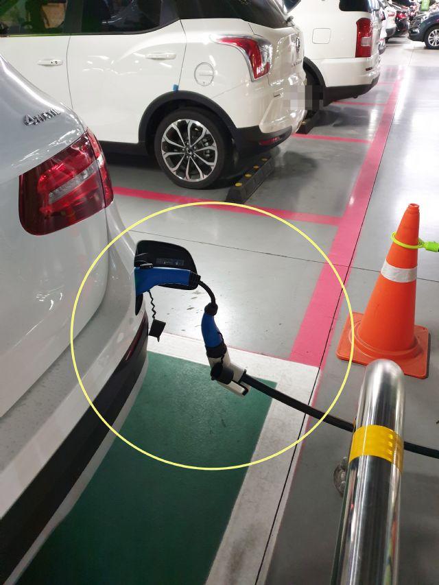 젠더를 활용해 급속충전기 충전을 시도하고 있는 벤츠 GLC 350e 플러그인 하이브리드 차량 (사진=독자 제공)