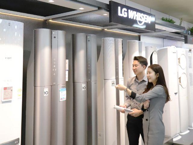 서울 강남구 롯데하이마트 대치점을 방문한 소비자들이 에어컨을 둘러보고 있다.(사진=롯데하이마트)