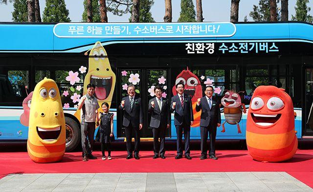 5일 창원에서 열린 수소 시내버스 개통식에 참가한 문재인 대통령과 정부 관계자, 창원 시민들. (사진=뉴시스)