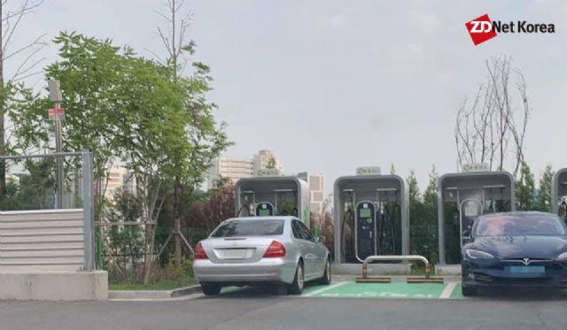 이달 초 촬영된 사진. 일반 내연기관 차량이 경기도 시흥하늘휴게소 전기차 충전 공간에 주차된 모습이다. (사진=지디넷코리아)