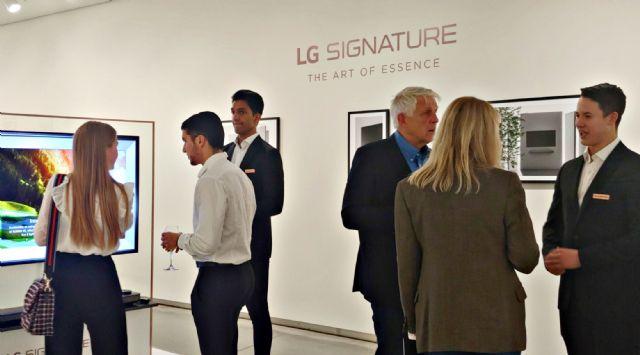 출시행사 참석자들이 초프리미엄 'LG 시그니처'를 살펴보고 있다. (사진=LG전자)