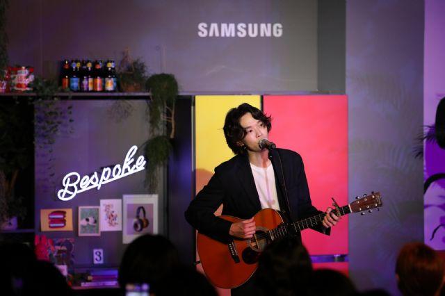 가수 케빈오가 지난 19일 삼성디지털플라자 강남본점 5층에 위치한 삼성 라이프스타일 생활가전 쇼룸 '#프로젝트프리즘에서 '프리즘 콘서트'를 열고 노래하고 있다. (사진=삼성전자)