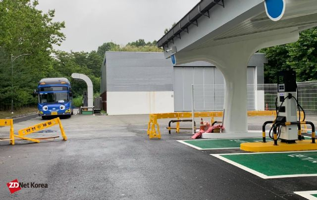 현재 구축중인 양재 수소충전소 내 전기차 충전소 현장. 수소시내버스가 수소충전소에서 충전중인 모습도 보인다. (사진=지디넷코리아)