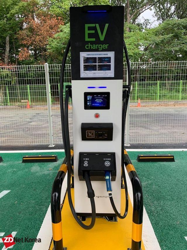 양재 수소충전소 부지 내 구축된 전기차 충전기. DC콤보와 DC차데모 충전 방식이 지원되는 차량을 충전시킬 수 있다. (사진=지디넷코리아)