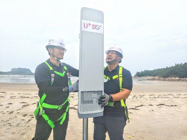 LG유플러스 직원들이 전북 군산시 선유도해수욕장에서 5G 기지국 장비를 설치한 후 테스트를 하고 있다(사진=LG유플러스).
