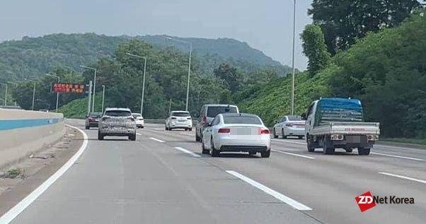 외곽순환고속도로 일대를 주행중인 쉐보레 트레일블레이저 위장막(가장 왼쪽) 차량 (사진=지디넷코리아)