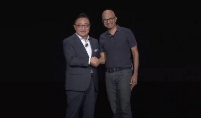 사티아 나델라 마이크로소프트 CEO(오른쪽)가 갤럭시언팩 무대 연설 후 고동진 삼성전자 사장과 기념촬영을 하고 있다.