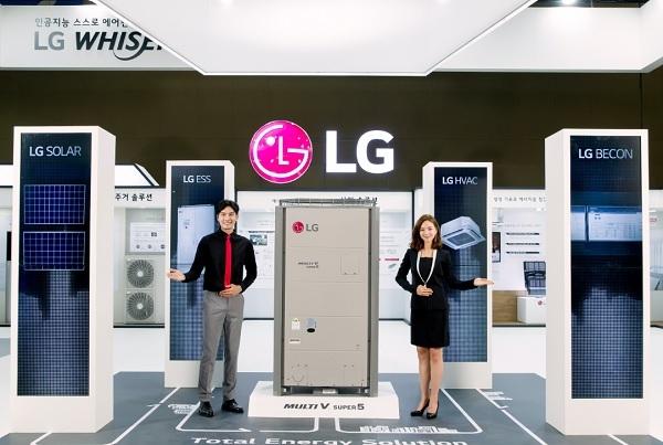 LG전자 모델들이 멀티브이, 에너지저장시스템(ESS)등 LG전자만의 차별화된 총합 공조 제품을 소개하고 있다.(사진=LG전자)