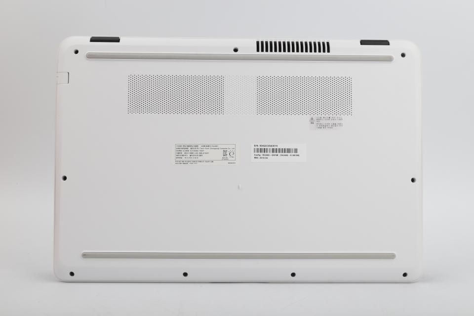 노트북 뒤판엔 공기를 흡입하고 배출하는 통풍구가 배치됐다. 두 개의 고무판을 덧대 바닥으로부터 살짝 떠 있게 해 공기가 막히지 않았다.