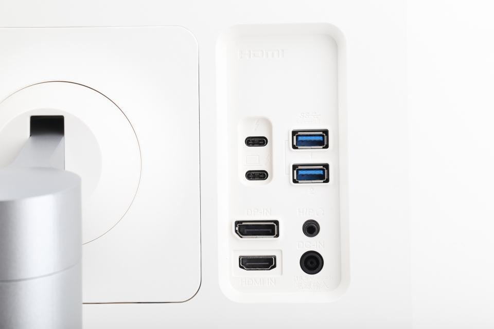 HDMI 2.0b x1, DP 1.4 x1, 썬더볼트3 x2(PD 60W), USB 다운스트림 x2(USB 3.1 Gen1), 헤드폰 아웃 포트를 확인할 수 있다.