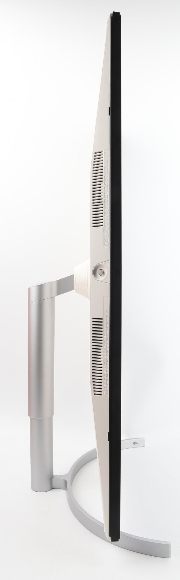 스탠드는 높이 조절 및 피벗 기능이 지원된다.