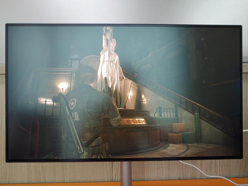 바이오 하자드 RE:2 HDR 화면. 여신상 및 좌·우측의 조명과 여신상 하단부분의 색이 제대로 표현된다.