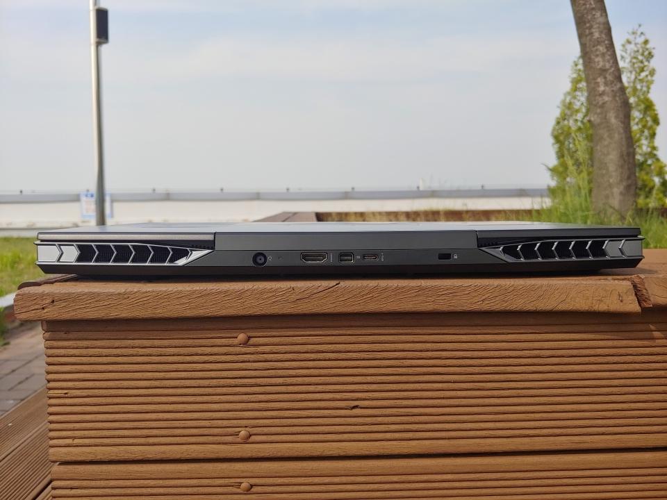 RJ-45 x1, miniDP 1.3 x1, HDMI 2.0 x1, USB 3.1 Type-A Gen1(USB 차저 x1) x3, USB 3.1 Type-C Gen2(DP 1.3 지원) x1, 마이크로SD카드 슬롯 x1, 오디오 콤보 잭 x1 개가 지원된다.
