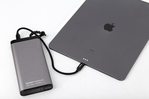 아이패드 프로 3세대 스페이스 그레이와 색감이 상당히 유사해 애플 제품과 함께 사용해도 위화감이 없다.