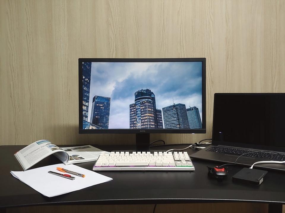 17인치 노트북, 책, A4용지, 키보드, 마우스, 외장하드 등을 책상에 올려놓아도 자리가 넉넉했다.