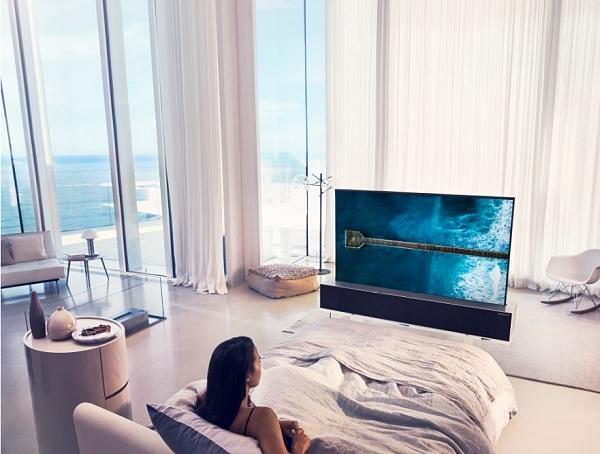 노출 화면 크기 조절이 가능한  'LG 시그니처 올레드 TV R'로 다양한 공간을 연출한 모습(사진=LG전자)