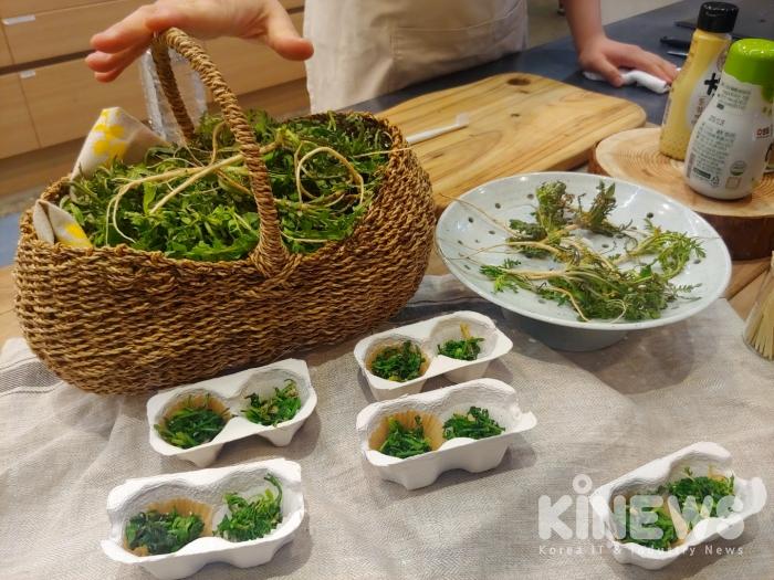 소비자들이 데친 나물과 볶은 나물의 맛을 비교하고 있다. (사진=신민경 기자)