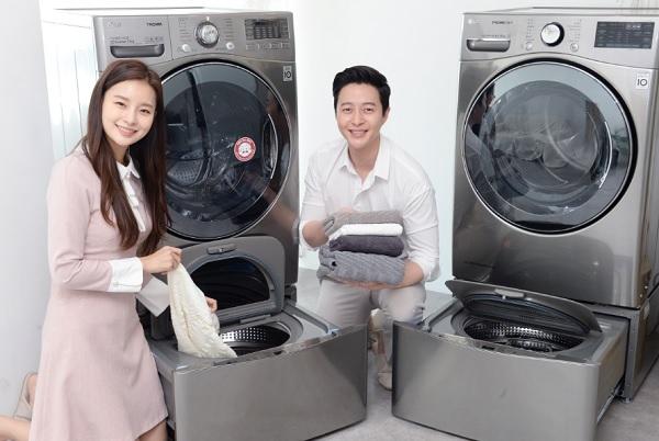 LG전자 모델이 트윈워시 세탁기, 건조기를 소개하고 있다.(사진=LG전자)