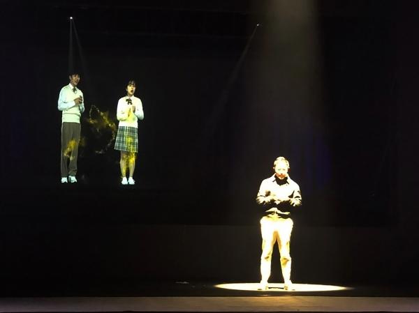 5G 스마트폰으로 연결된 올림픽공원 5G 테크 콘서트 무대의 설민석과 광화문 KT스퀘어의 학생들이 대화를 나누고 있다 (사진=KT)