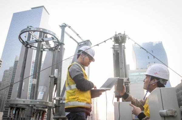 SK텔레콤 직원들이 강남역 사거리 인근에서 5G 기지국 점검을 하고 있다 (사진=SK텔레콤)