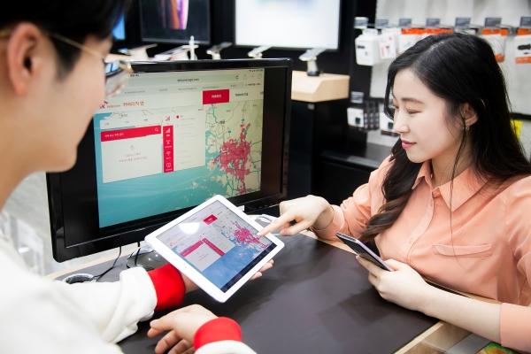 SK텔레콤 대리점 직원이 고객에게 스마트 플래너 내 5G 커버리지맵을 통해 서비스 가능 지역을 정확히 안내하고 있다 (사진=SK텔레콤)